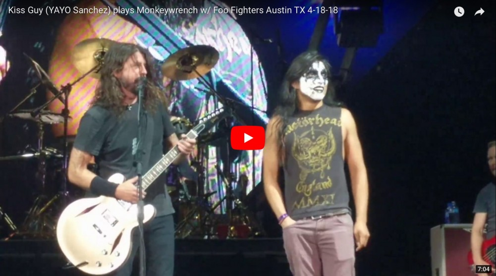 Les FOO FIGHTERS invitent un fan de KISS sur scène pour jouer « Monkey Wrench » !