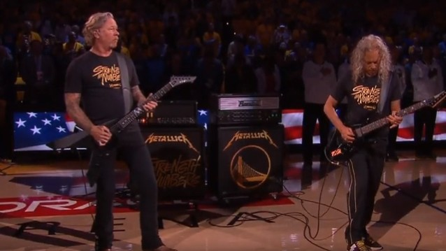 Metallica interprète l'hymne national pour la finale de la NBA !